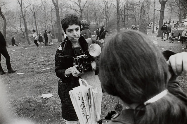 winogrand-diane-arbus-love-in-central-park-new-york